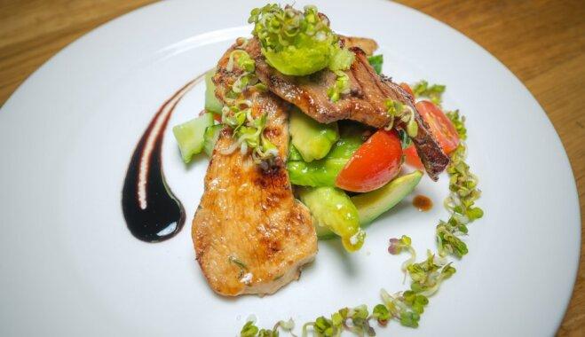 Dārza salāti vinegreta mērcē ar filejas strēmelītēm medus un alus marinādē