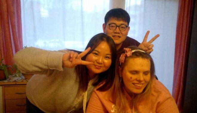 Uzņēmīga rīdziniece, spītējot retai slimībai, iegūst maģistra grādu un apgūst korejiešu valodu