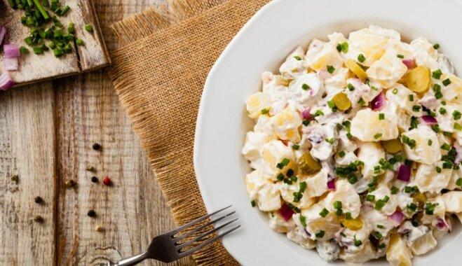 Картофельный салат с маринованными огурцами и копченой курицей за 10 минут