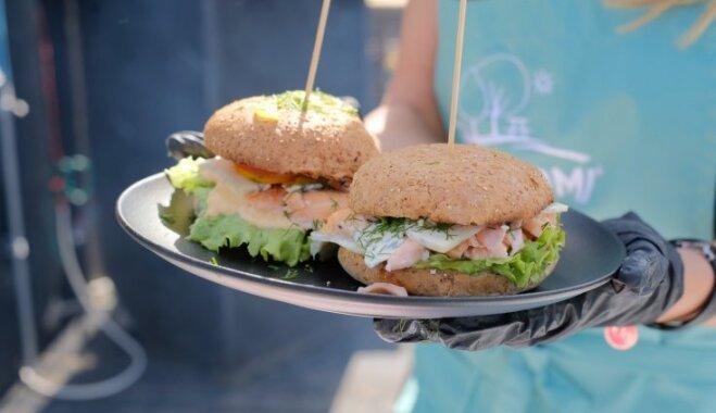 Foto: Brāļi Šici un Jana Duļevska gatavo burgerus Ķīpsalas pludmalē