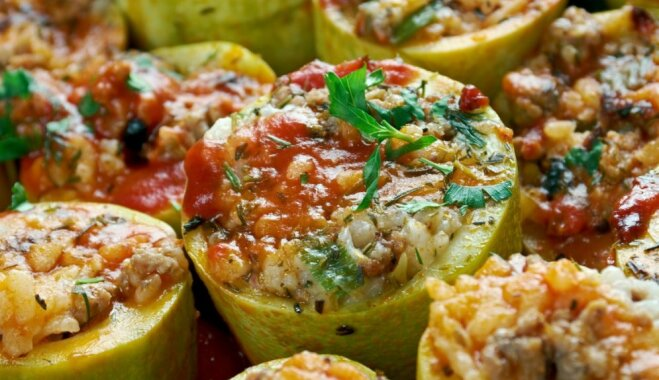 Фаршированные кабачки, тушеные в томатном соусе