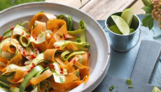 Atsvaidzinošie burkānu strēmeļu salāti ar gurķiem un selerijām