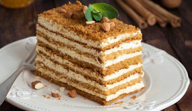 Nacionālais lepnums – medus kūka: 14 receptes valsts svētku mēneša izskaņai