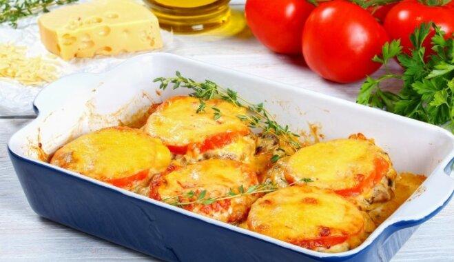 Krāsnī ceptas karbonādes ar sēnēm, sieru un tomātiem