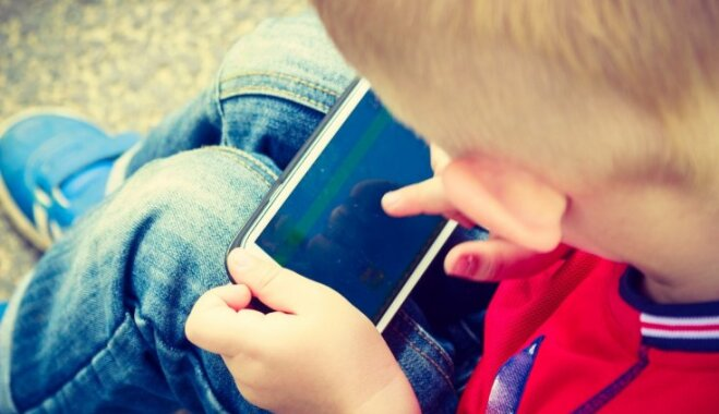 Pieci ieteikumi vecākiem, kuri saviem skolēniem rokās iedod viedtālruni ar pieeju internetam