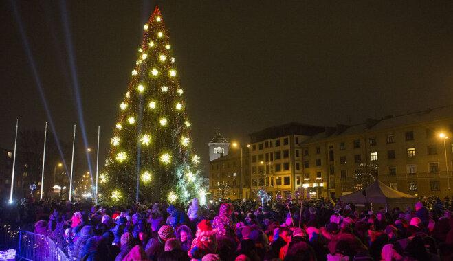 ФОТО. В Елгаве зажгли большую Рождественскую елку