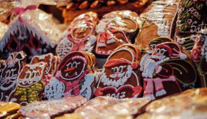 Foto: Smeķīgi labumi, karstvīns un nieciņi Ziemassvētku tirdziņā Doma laukumā