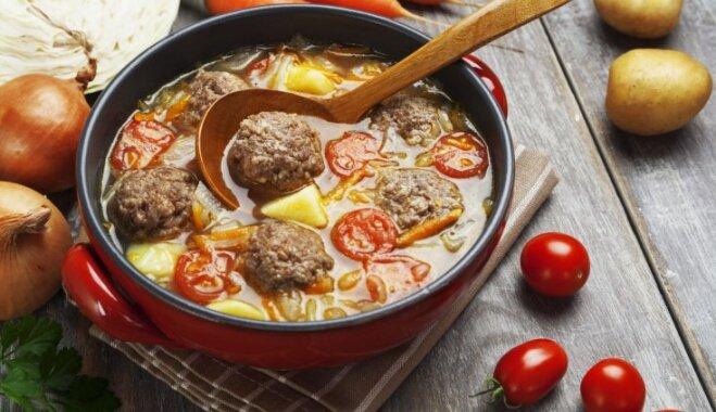 Frikadeļu zupa no liellopa gaļas un tomātiem