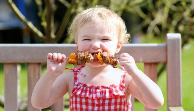 Dzelzs mazuļa uzturā: kāpēc bērnu jāradina ēst gaļu