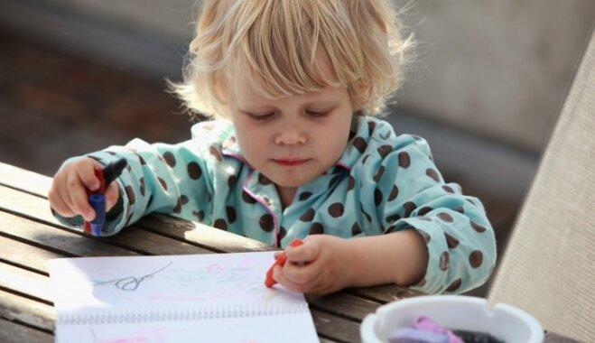 Bērns zīmē tikai švīkas vai briesmoņus un izmanto melno krāsu? Tas ir normāli