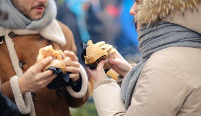 Foto: Gardēži bauda ielu ēdienu Vecrīgas sirdī