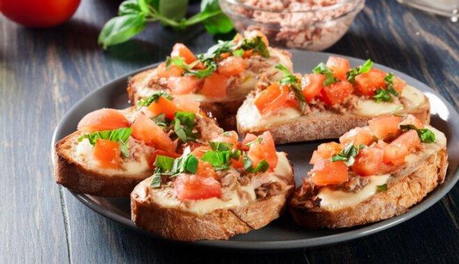 Karstās siermaizītes ar tunci un tomātiem