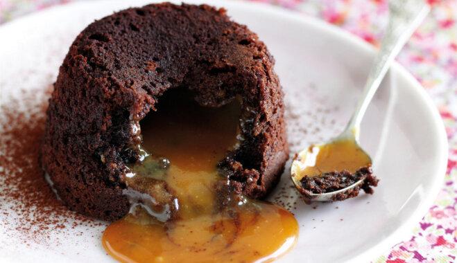Šokolādes kūka ar karameļu mērci