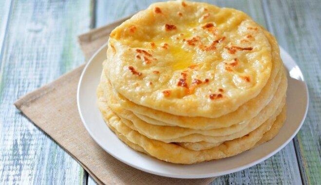Soli pa solim: pannā cepti plāceņi ar bagātīgu siera pildījumu jeb kaukāziešu hičini