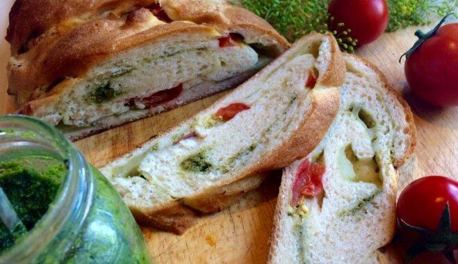 Вкусный хлеб с песто и томатами-черри