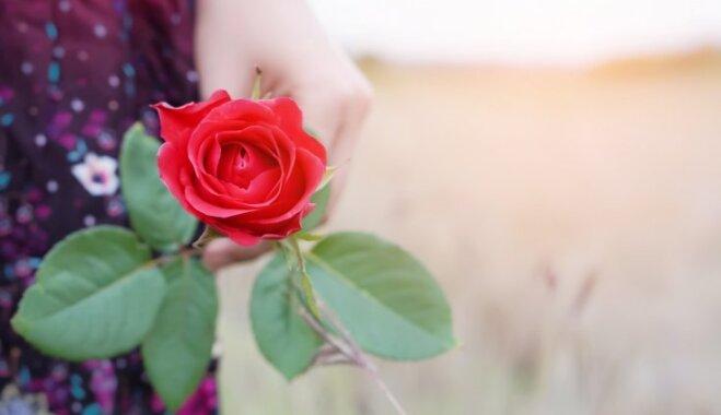 Vai ir dzīve pēc menopauzes? Ārsta padomi, kā ziedošai sievietei nepārvērsties večiņā