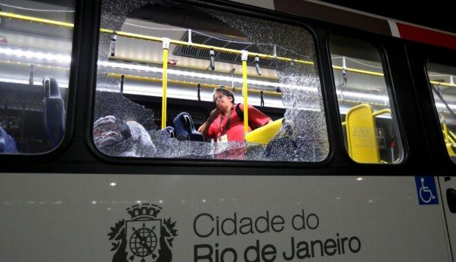 Неизвестные вРио обстреляли автобус с корреспондентами