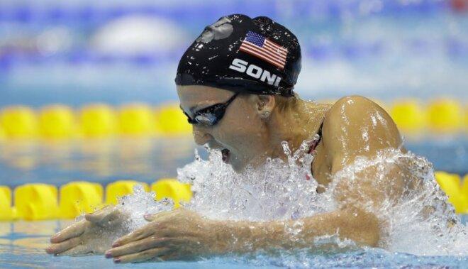 ASV peldētāja Rebeka Soni uzstāda jaunu pasaules rekordu 200 metru distancē brasā