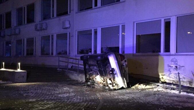 ФОТО: Ночью в здание Юрмальской думы врезался автомобиль