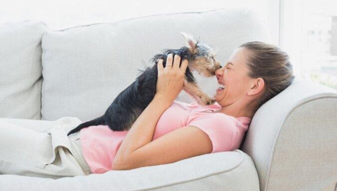 Kāpēc saimniekiem nevajadzētu bučot savus suņus