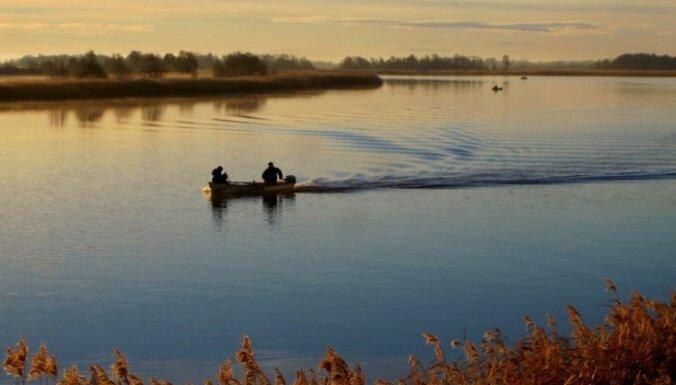 Dubnas upē izglābj četrus laivotājus - makšķerniekus