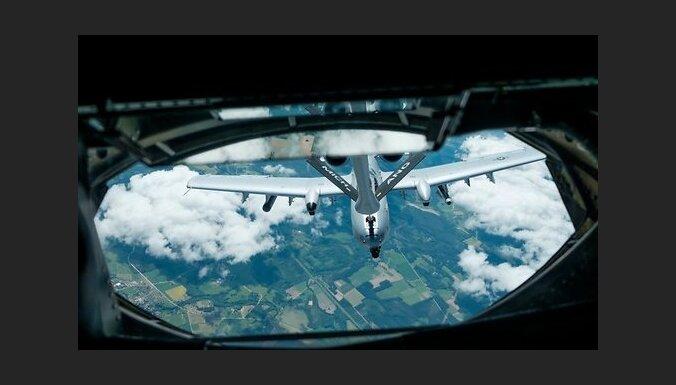 ФОТО, ВИДЕО: Как американцы заправляют свои штурмовики А-10 в небе Латвии