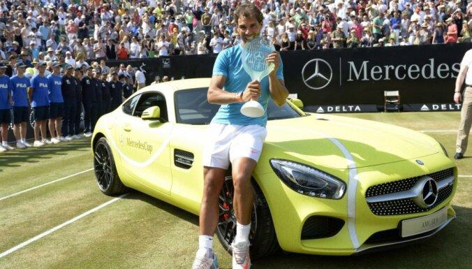 Nadals sapīcis par Štutgartes turnīrā izcīnītā 'Mercedes' krāsu