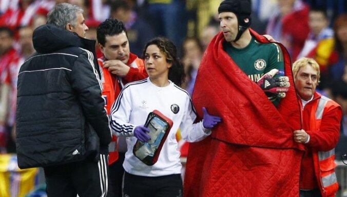 Chelsea goalkeeper Petr Cech, Jose Mourihno, doctor Eva Carneiro