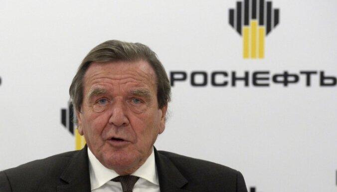 Navaļnijs nosauc Vācijas ekskancleru Šrēderu par Putina 'izsūtāmo zēnu'