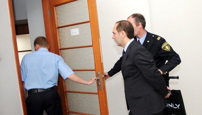 Kukuļošanas krimināllietā aizdomās turētais bijušais Jūrmalas domes priekšsēdētājs Raimonds Munkevics tiek konvojēts uz Rīgas apgabaltiesas sēdi, kur izvērtēs Centra rajona tiesas 20.maija lēmumu par drošības līdzekļa - apcietinājum