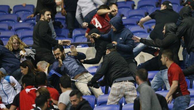 Besiktas and Lyon fans clash