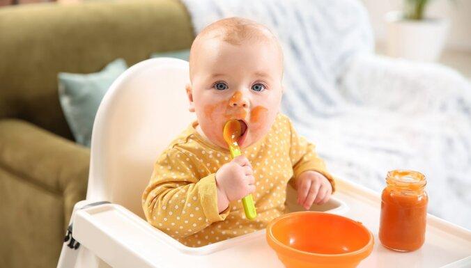 Zīdaiņu fēcēs ir vairāk mikroplastmasas nekā pieaugušo, noskaidrots pētījumā