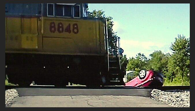 Video: Vilciens bīstami tuvu patraucas gar avarējušu auto