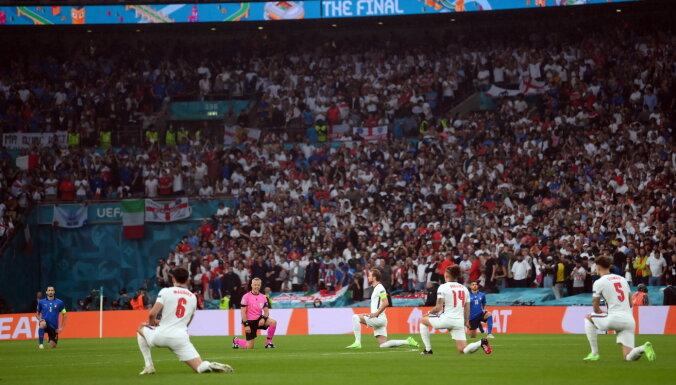 """Все игроки Англии и Италии преклонили колено перед финальным матчем на """"Уэмбли"""""""
