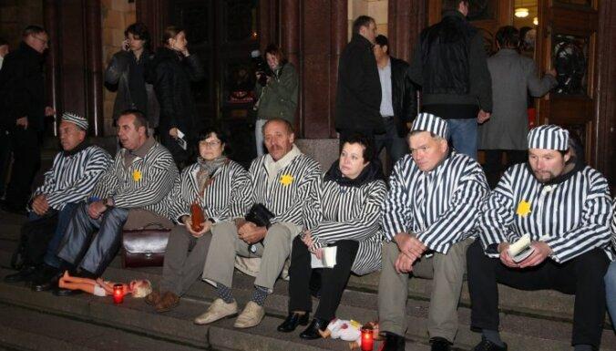 ФОТО: в Риге протестуют против мюзикла о Герберте Цукурсе