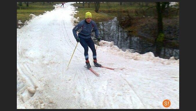 В Сигулде открыта лыжная трасса из прошлогоднего снега
