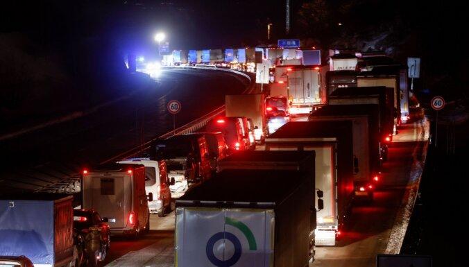 Uz Vācijas un Čehijas robežas izveidojušās garas kravas mašīnu rindas