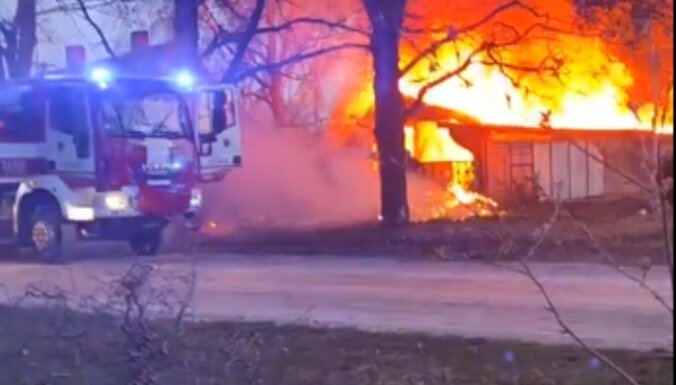 Trešdien plašā ugunsgrēkā Jelgavā dega vairākas ēkas, automašīnas un koki