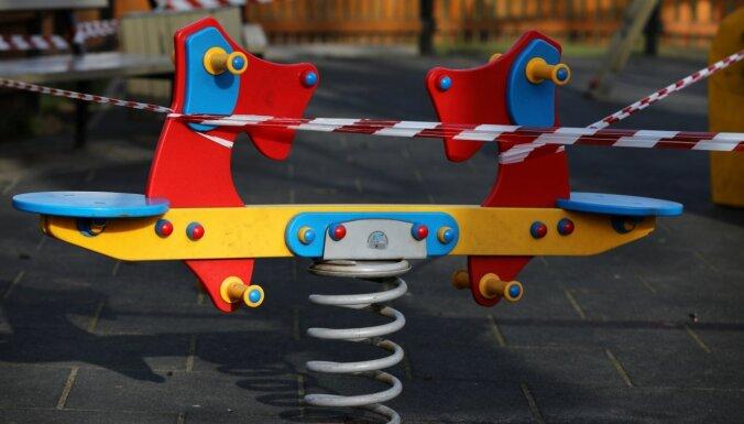 'Covid-19': rīdziniekus aicina nelaist bērnus rotaļu laukumos; visiem pēc iespējas palikt mājās