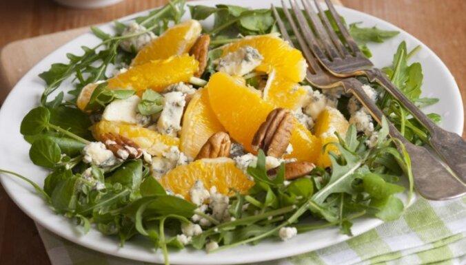 Salāt ar kresēm, apelsīniem, zilo sieru un valriekstiem