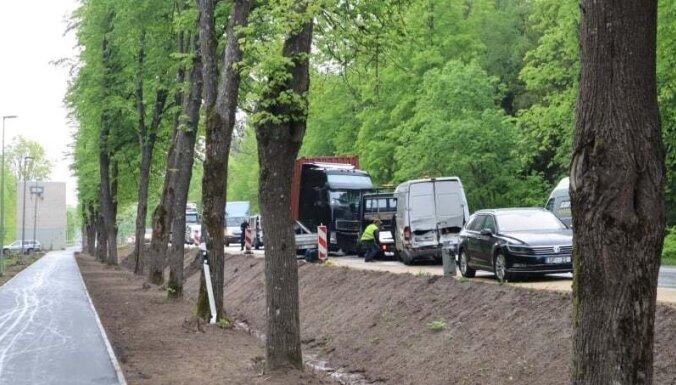 ВИДЕО: На Валмиерском шоссе столкнулись грузовик и микроавтобус, один водитель погиб