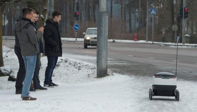 ВИДЕО: В Эстонии прохожий дал пинка медленному роботу-курьеру