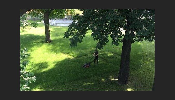 """Садовник изобразил на газоне у Рижского замка """"огненный крест"""", чтобы трава восстановилась"""