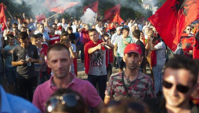 Foto: Maķedonijā albāņi protestē un pieprasa vienlīdzīgas tiesības