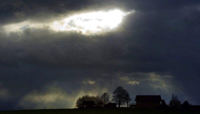 Brīdina par gaidāmu tveici un spēcīgiem pērkona negaisiem