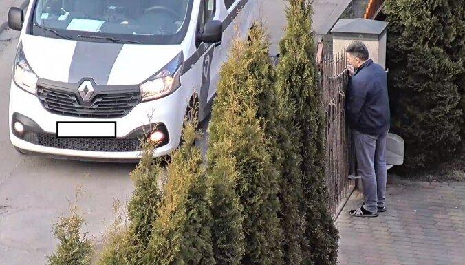 ФОТО: В Риге во время Covid-19 военный атташе РФ устроил вечеринку и показывал соседям неприличные жесты