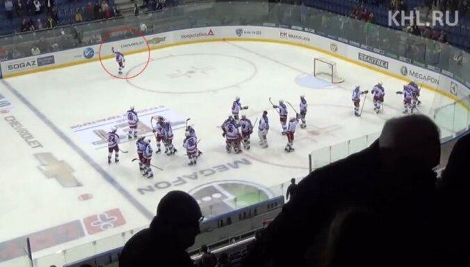 Par nepieklājīgu žestu rādīšanu skatītājiem diskvalificēti divi 'Lev' hokejisti