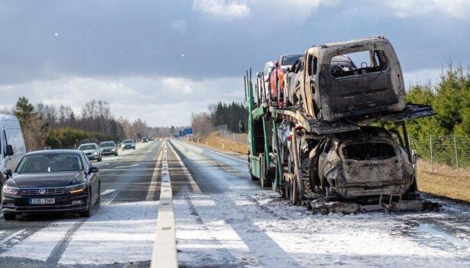 Foto: Igaunijā uz šosejas sadeg jaunu 'Toyota' spēkratu krava