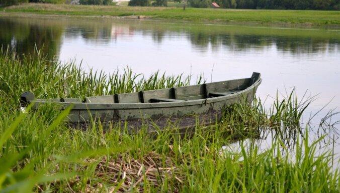 Latgalē izglābj trīs vīriešus, kuri uz salas palikuši bez laivas