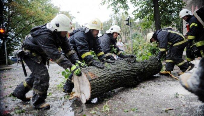 Liepājā spēcīgais vējš norāvis mājai jumtu un izgāzis kokus